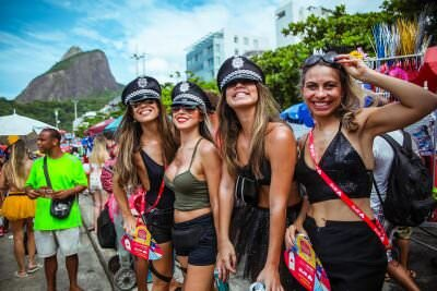 carnaval-2020 - girls on costume-min
